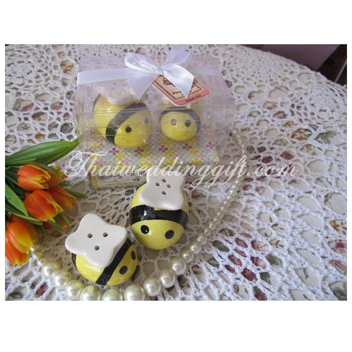 ผึ้งน้อยคู่ ใส่เกลือ พริกไทย แพ็คกล่อง PVC ใส ผูกโบว์