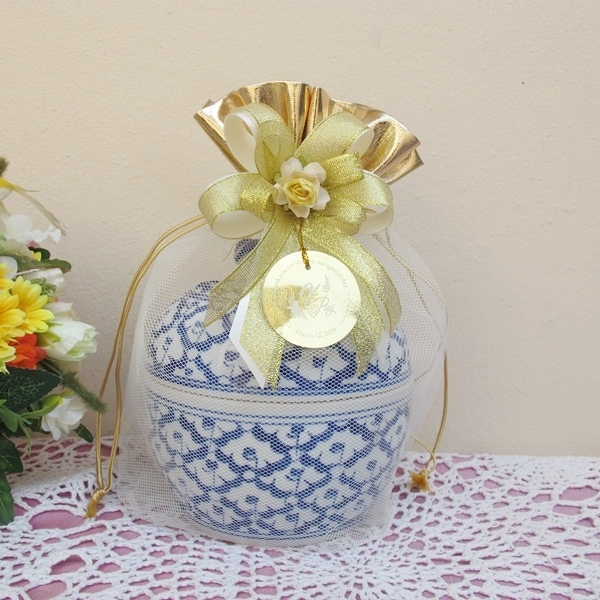 โถข้าว 6 นิ้ว ใส่ถุงตาข่ายขอบถุงทอง ผูกโบว์ติดดอกไม้ พร้อมป้ายชื่อ