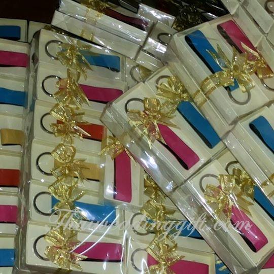 พวงกุญแจหนัง PVC คละสี แพ็คกล่องติดโบว์พร้อมป้ายชื่อ