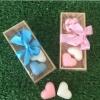 สบู่หอมหัวใจคู่พร้อมดอกไม้ แพ็คกล่องไม้ ผูกโบว์และป้ายชื่อฟรี
