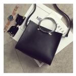กระเป๋าหนังสีดำทรงสี่เหลี่ยมจัตุรัส